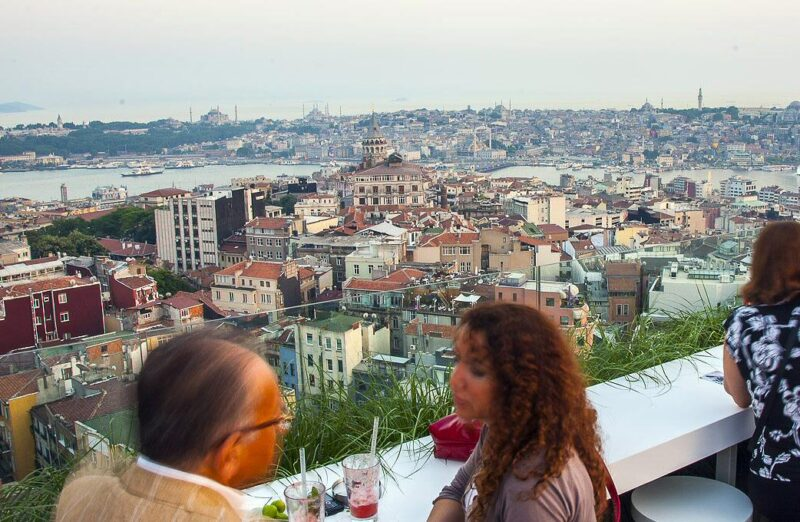 Terraza del bar Mikla en barrio Beyoglu de Estambul