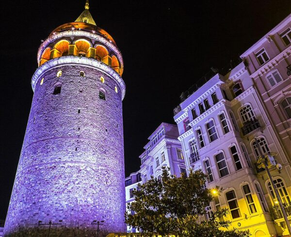 Torre de Gálata en barrio Beyoglu de Estambul