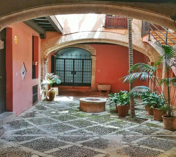 Patio de casa señorial en el centro histórico de Palma en Mallorca