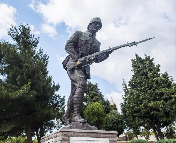 Monumento al soldado turco en cementerio 57 Alay en Galipoli