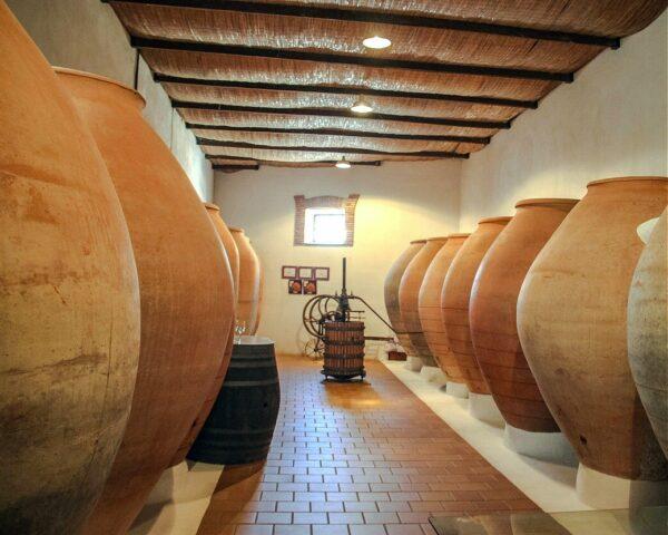 Tinajas de barro cocido en Bodegas César Velasco de Villarrobledo