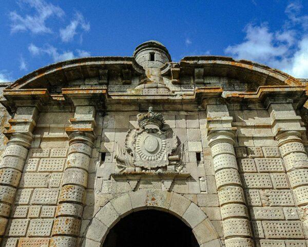 Puerta de San Francisco en la ciudadela de Almeida en Centro de Portugal