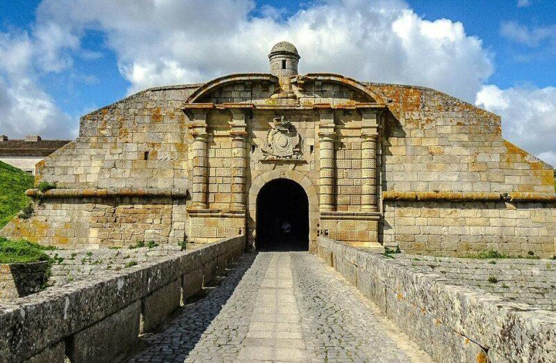 Puerta de San Francisco en la ciudadela fortificada de Almeida en Portugal