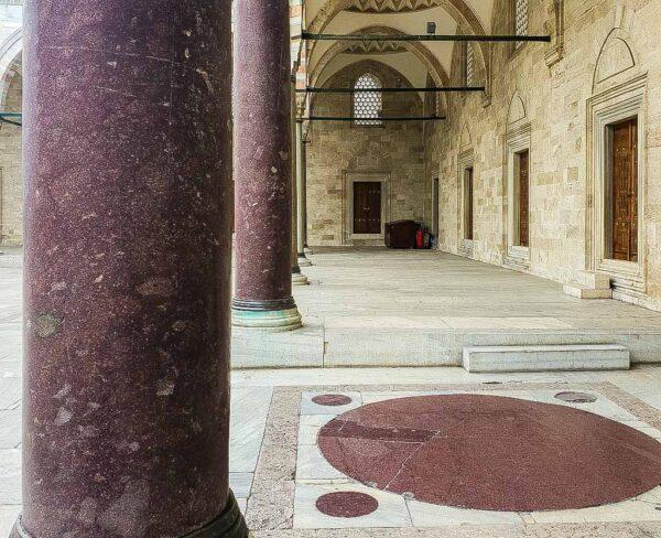 Columnas de pórfido en la Mezquita de Solimán en Estambul