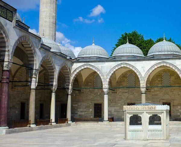 Fuente de abluciones en la Mezquita de Solimán en Estambul