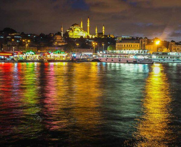 Mezquita de Solimán desde el Cuerno de Oro en Estambul