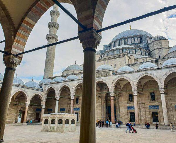 Patio de entrada de la Mezquita de Solimán en Estambul