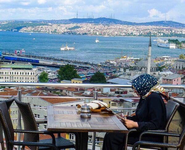 Vistas del Bósforo desde terraza cerca de Mezquita de Solimán