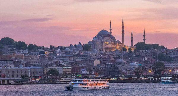 Mezquita de Solimán vista desde el Cuerno de Oro en Estambul