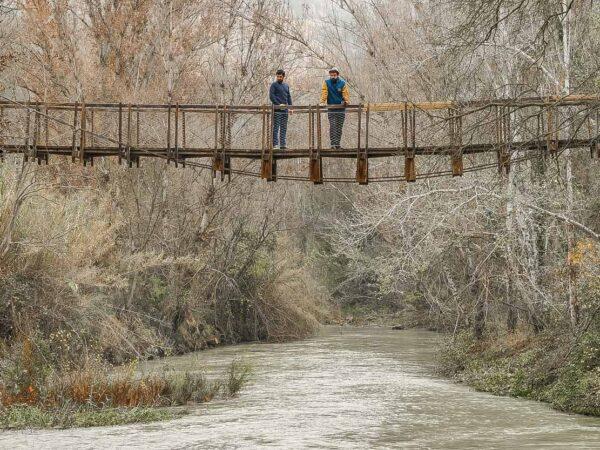 Puente colgante sobre el río Júcar en Tranco del Lobo en Albacete