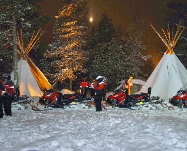 Campamento de fuego para cazar auroras boreales