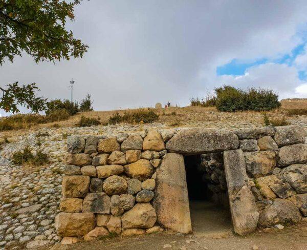 Túnel bajo la Puerta de las Esfinges en Hatusa en Turquía