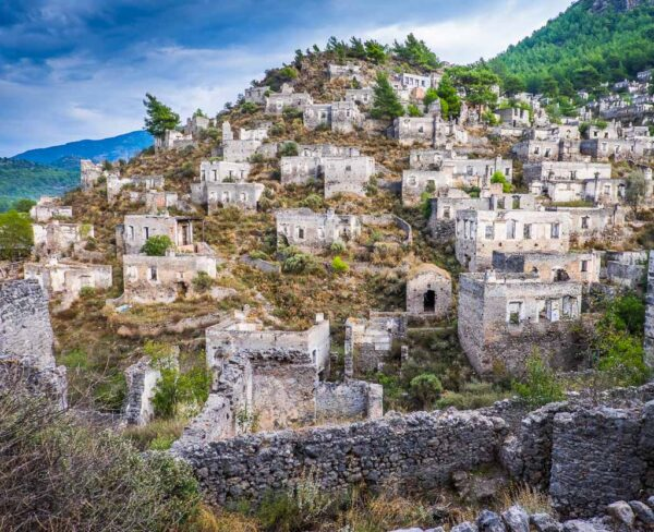 Ciudad abandonada de Kayaköy en la costa Licia de Turquía
