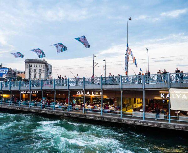 Puente de Gálata en Eminönü en Estambul