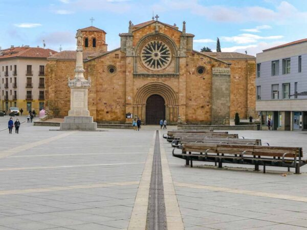 Iglesia de San Pedro en plaza del Mercado Grande en Ávila