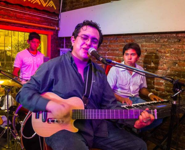 Música tradicional argentina en una peña de Salta