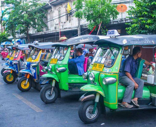 Típicos tuk tuk en Bangkok