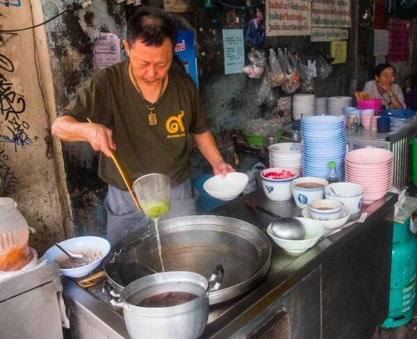 Cocina en restaurante callejero de Bangkok
