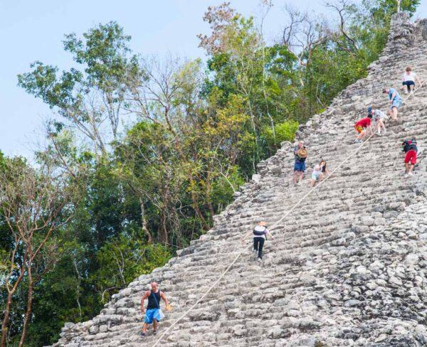 Gran pirámide en la ciudad maya de Cobá en Riviera Maya