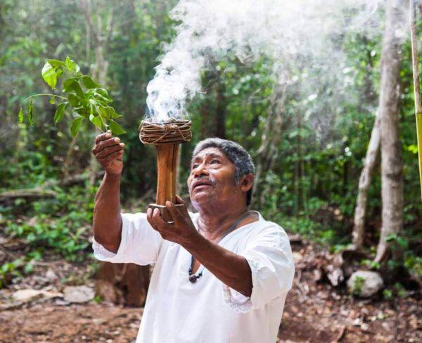 Ritual maya de purificación y bienvenida en comunidad maya