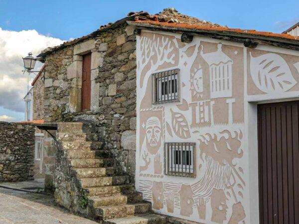 Casa con fachada esgrafiada en Castro Caldelas en Orense