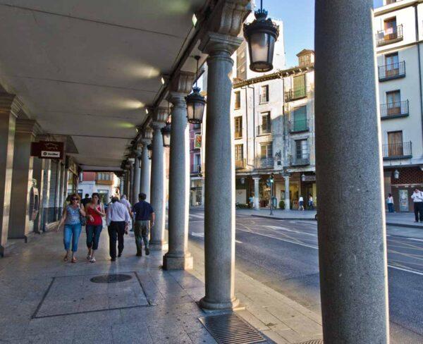 Calle con soportales en Valladolid