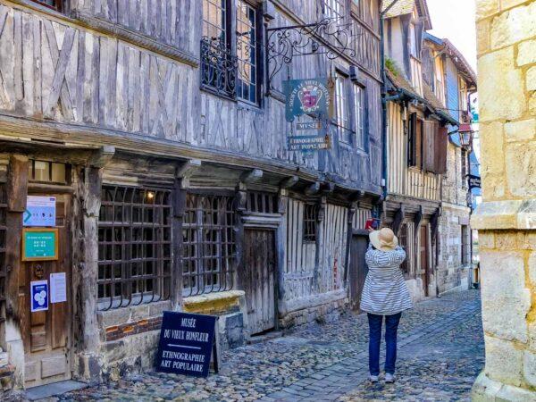 Calle de la Prisión en Honfleur en Normandía