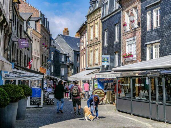 Calle de la Villa en Honfleur en Normandía
